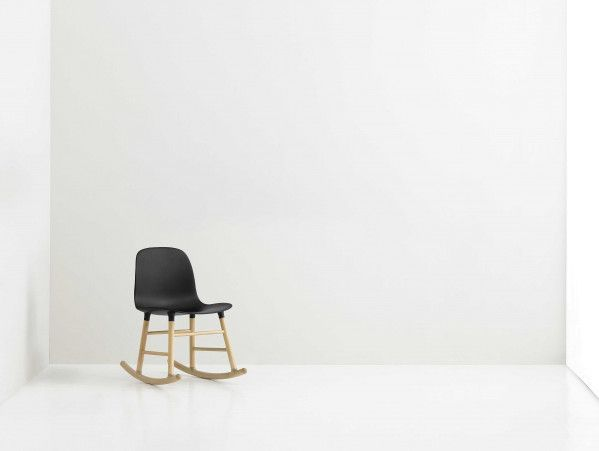Normann Copenhagen Form Rocking Chair schommelstoel met eiken onderstel