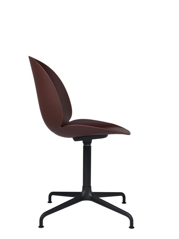 Gubi Beetle stoel met zwart aluminium swivel onderstel