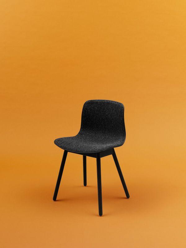 Hay About a Chair AAC12 stoel met zwart eiken onderstel