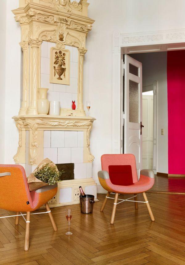 Vitra East River Chair fauteuil met naturel eiken onderstel