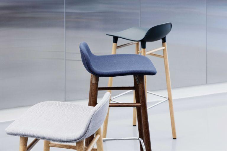 Normann Copenhagen Outlet - Form Barstool barkruk 65cm met walnoten onderstel grijs